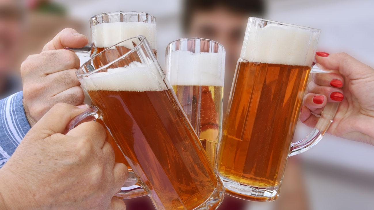 Anstossen mit Bier